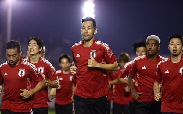 5日、サウジアラビア戦に向けジッダで調整する吉田(中央)らサッカー日本代表=日本サッカー協会提供