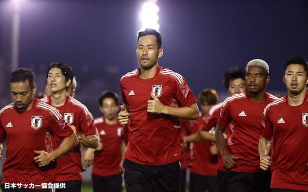 5日、ジッダで調整する吉田(中央)ら日本代表メンバー=日本サッカー協会提供