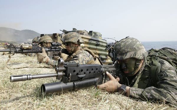 在韓米軍は朝鮮半島安定の要だ(2015年3月、米韓合同の野外機動訓練)=AP