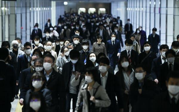 緊急事態宣言から一夜明け、マスク姿で通勤する人たち。会社員30代男性は「会社はまだ在宅勤務を検討中。電車や駅前はいつもより人が少ないが、自分はしばらくは変わらず通勤することになりそう」と話した(8日午前)=中岡詩保子撮影