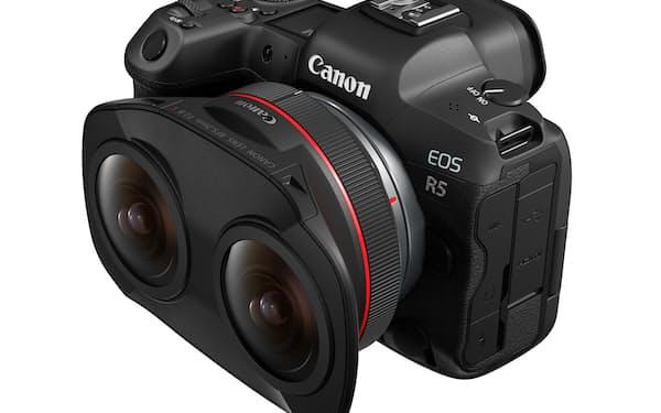 VR映像を撮影できる交換レンズを発売する(写真はEOS R5に装着時)