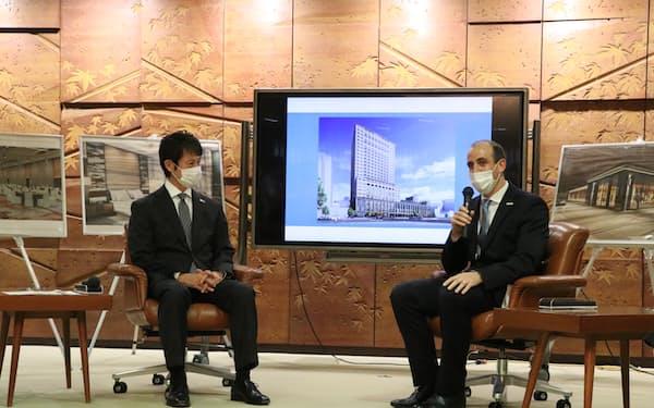 ホテルの概要について説明するピーター総支配人(6日、広島県庁)
