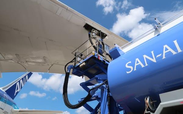 脱炭素に向けた安定調達が急がれている(全日本空輸のSAF補給風景)