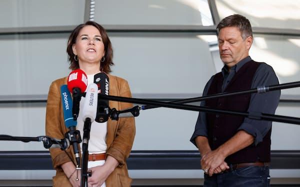 緑の党のベーアボック共同党首㊧は社民党、自由民主党との3党連立に意欲を示した(6日、ベルリン)=ロイター
