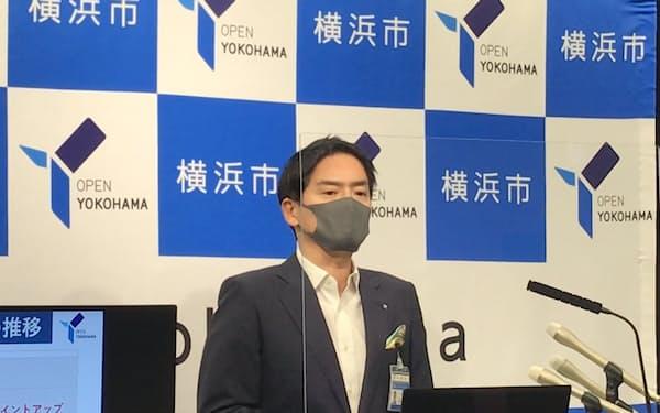 就任1カ月の定例会見に臨む山中市長(9月、横浜市)