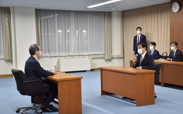 山口壮環境相㊨は6日、福島県庁で内堀雅雄知事と会談した