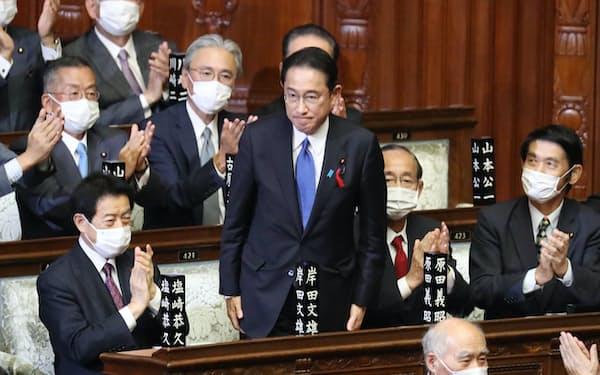 衆院本会議で首相に選出され、起立する自民党の岸田文雄総裁(4日)