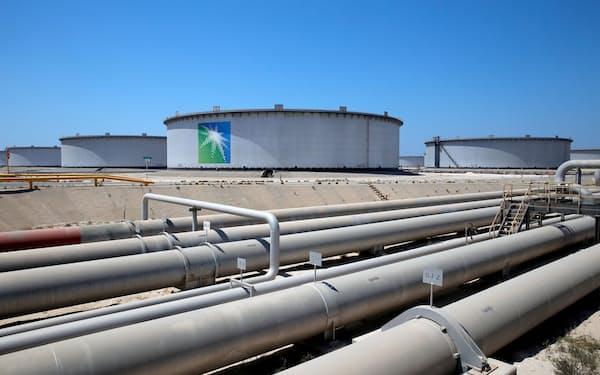 サウジ東部ラスタヌラにあるサウジアラムコの石油施設=ロイター