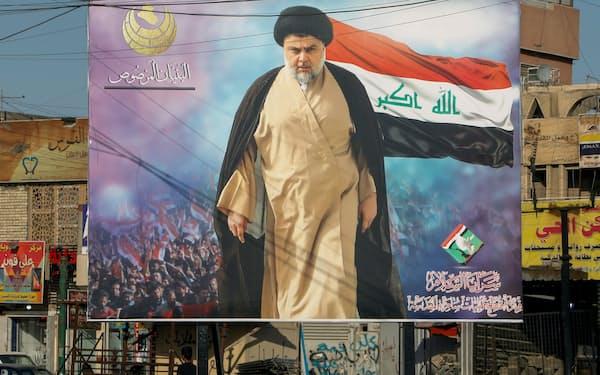 バグダッド市内に掲げられたサドル師のポスター(6月)=ロイター