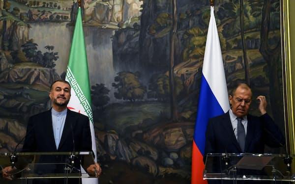 6日、モスクワで記者会見するイランのアブドラヒアン外相㊧とロシアのラブロフ外相=ロイター