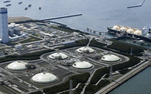 化石燃料を多く使う電力会社ほど電気料金の上げ幅が大きい(千葉県富津市の富津火力発電所)