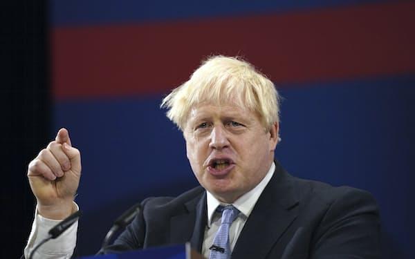 ジョンソン英首相は、国内の人手不足問題の解決策として移民規制を緩めることには否定的だ(6日、英マンチェスターにて)=AP