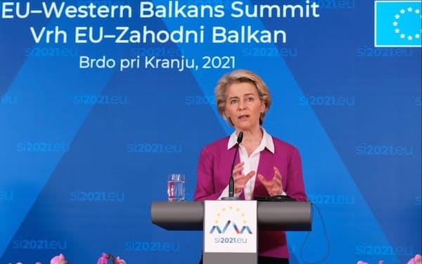 フォンデアライエン欧州委員長はバルカン諸国への支援を繰り返し訴えた(6日、スロベニア北部クラーニ)