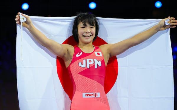 女子53キロ級で優勝し、日の丸を掲げる藤波朱理(6日、オスロ)=共同