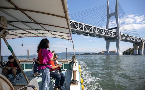 クルージングでは、漁船に乗って瀬戸大橋の真下を通過する