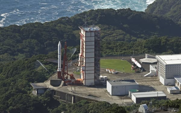 打ち上げが直前で中止された小型ロケット「イプシロン」5号機=1日午前9時51分、鹿児島県肝付町の内之浦宇宙空間観測所(共同通信社ヘリから)