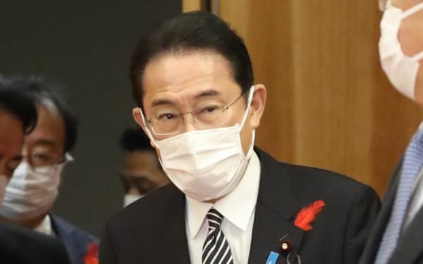 臨時閣議に臨む岸田首相(7日午前、首相官邸)