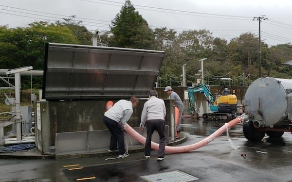 酪農家からふん尿を受け入れ、発酵の準備に入った(1日、静岡県富士宮市)