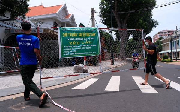 新型コロナウイルスの感染が急拡大したベトナムでは通りのあちこちが封鎖された。ただ感染のピークは越え、足元では新型コロナと共存する道を探る=AP