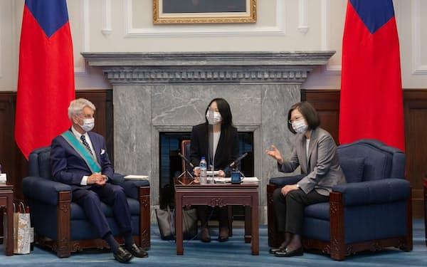 会談する台湾の蔡総統(右)とフランスのアラン・リシャール元国防相(7日、台北市)=総統府提供