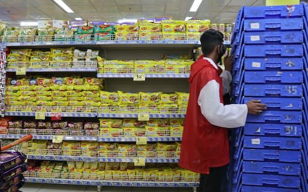 リライアンスは現地でスーパーなどを展開している(3月、ムンバイ)=ロイター