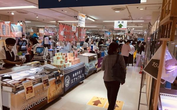 人気の北海道物産展は新型コロナウイルス対策として、会場内の通路を一方通行にしている(7日、さいたま市大宮区のそごう