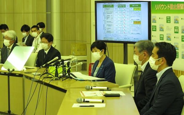 東京都のモニタリング会議後に記者団に話す小池百合子知事(中央)=7日、都庁