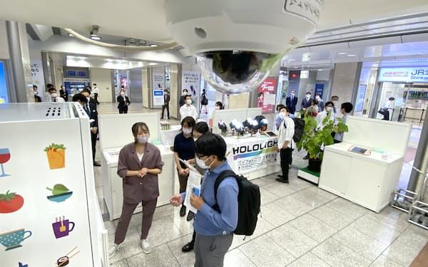 立ち寄った客の行動データを取得するために設置されたカメラ(7日、JR名古屋駅)