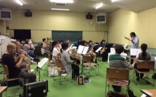 瀬戸内市民芸術祭オープニングイベントに向け久しぶりに集まり練習する楽団員(1日、瀬戸内市中央公民館)