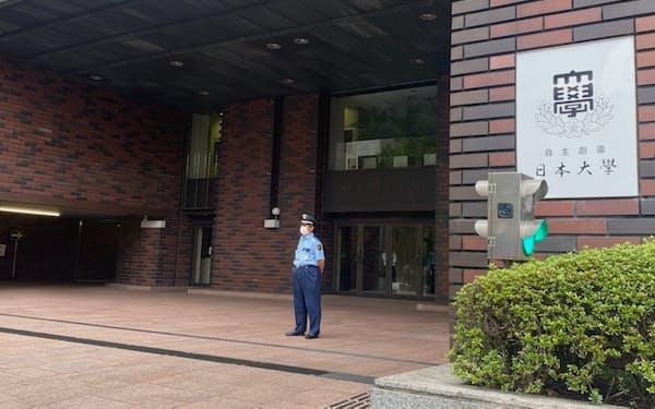 理事が逮捕された日本大学本部(東京・千代田)