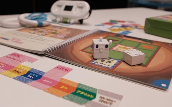 絵本とカードを使ってキャラクターに扮したロボットを動かす