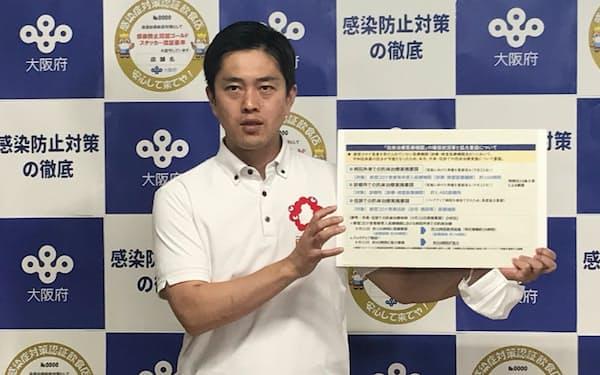 記者団の取材に応じる吉村知事(7日、大阪府庁)