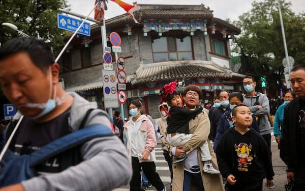 国慶節を祝う大型連休でにぎわう北京市=ロイター