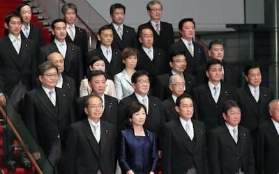 4日発足した岸田政権の最重要課題はコロナ対策と経済復調の両立だ(首相官邸で記念撮影に臨む閣僚ら)