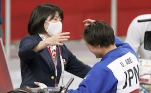 女子52キロ級で優勝し、福見友子コーチ(左)と抱き合う阿部詩=日本武道館