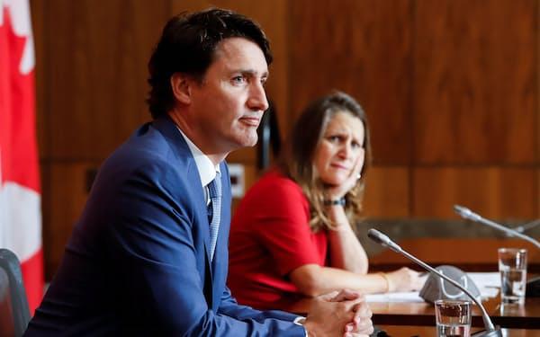 カナダのトルドー首相(左)はワクチン接種の促進策を打ち出した=ロイター