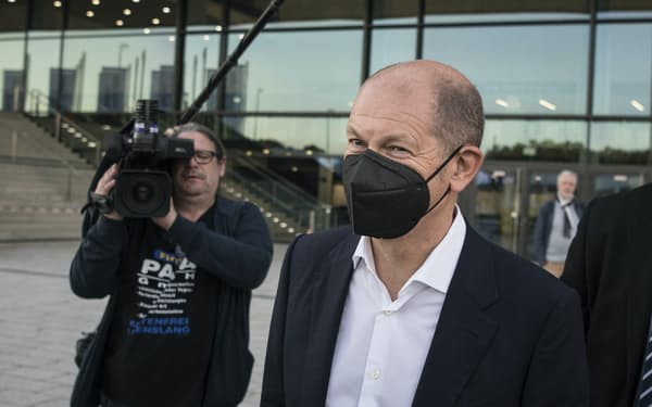 3党での連立協議に臨んだ社民党の首相候補、ショルツ氏(7日、ベルリン)=AP