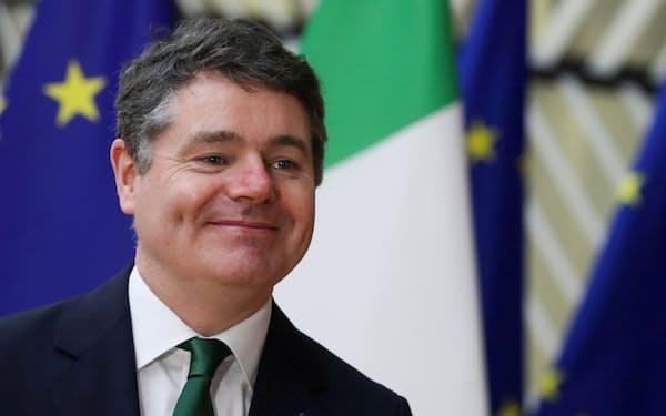 アイルランドのドナフー財務相は法人最低税率の賛同について7日の声明で「非常に慎重に検討した」と語った(写真は2021年2月、ブリュッセルにて)=ロイター