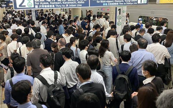 地震でダイヤが乱れ、混雑する東京メトロ千代田線北千住駅(8日午前、東京都足立区)