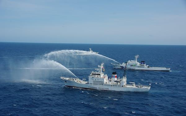 日本海の好漁場である大和堆で、国は外国漁船を取り締まっている(水産庁と海上保安庁による放水訓練)=水産庁提供