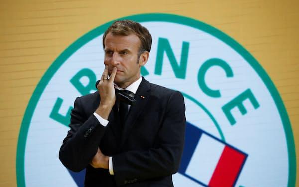 7日、パリで開かれた会議で演説するマクロン仏大統領=ロイター