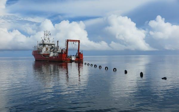 ケーブル敷設船ストライダーによる陸揚げ作業