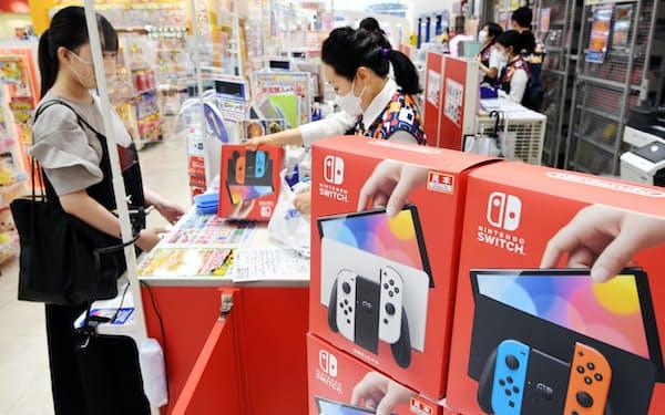 「ニンテンドースイッチ」の新型機を購入する人(8日午前、大阪市中央区のエディオンなんば本店)