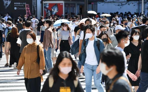 緊急事態宣言が解除された週末、スクランブル交差点を歩く人たち(10月2日、東京都渋谷区)