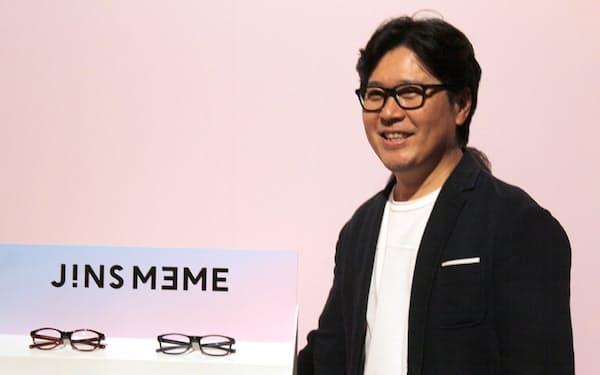 眠気や疲れ、姿勢などをセンシングできるメガネ型端末「ジンズミーム」の次世代機と田中仁CEO