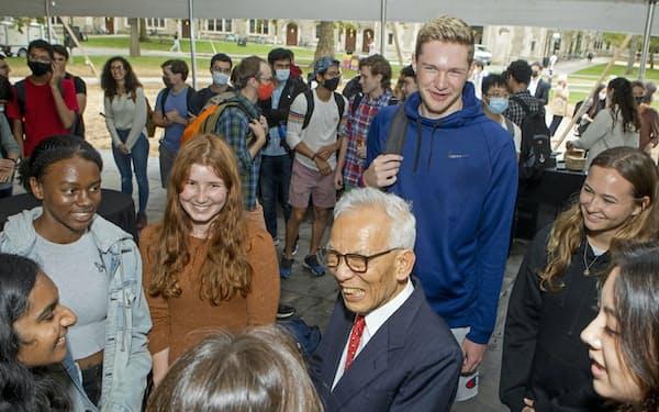 ノーベル物理学賞の受賞が決まり、米プリンストン大で学生らと談笑する真鍋淑郎さん(中央)=5日、(同大提供)