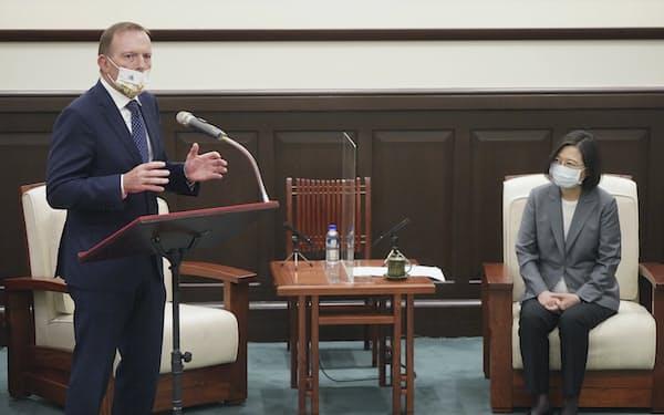会談する台湾の蔡総統(右)とオーストラリアのアボット元首相(7日、台北市)=AP