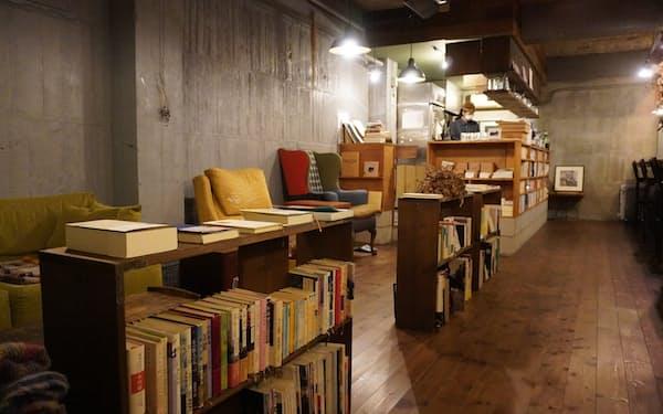 fuzkueでは店内の書棚に並べられた本は自由に読める(東京・初台の1号店)