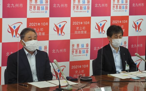 世界体操・新体操の感染対策を発表する組織委の幹部(8日、北九州市役所)