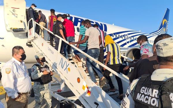 ハイチに送還される移民ら(6日、メキシコ南東部チアパス州)=ロイター